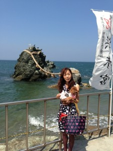 三重県二見夫婦岩を背景に