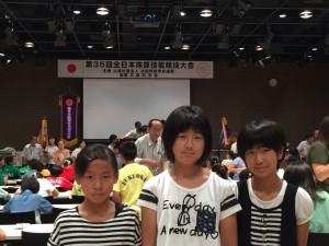 7月30日(土)大会当日3人で記念撮影、左 村田愛奈さん 中央 朝井晴夏さん 右 梶尾瑞紀さんです。
